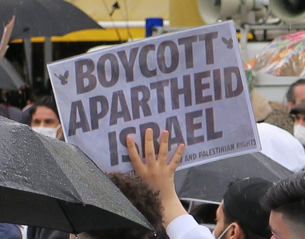 Demonstrationsschild mit der Aufforderung: Boycott Apartheid Israel
