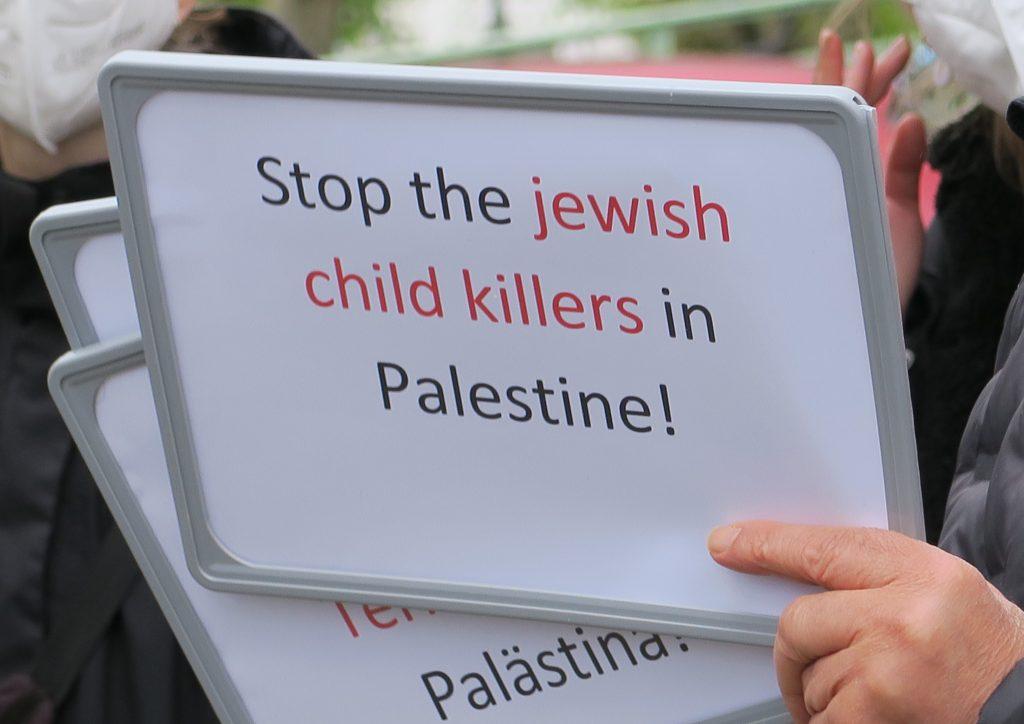 """Schild mit Aufschift: """"Stoppt die jüdischen Kindermörder in Palästina!"""""""
